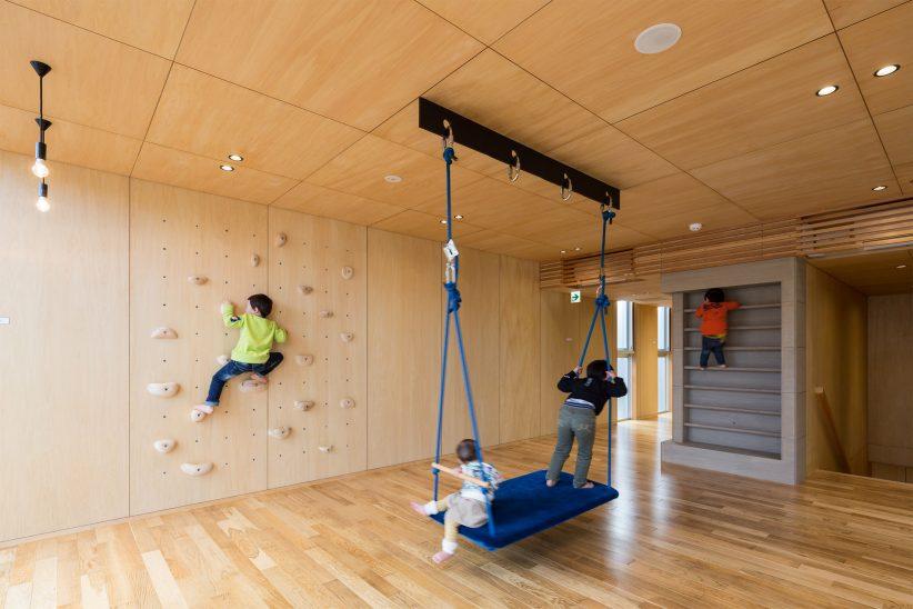 활동적 놀이를 유도하는 도쿄의 아동지원센터