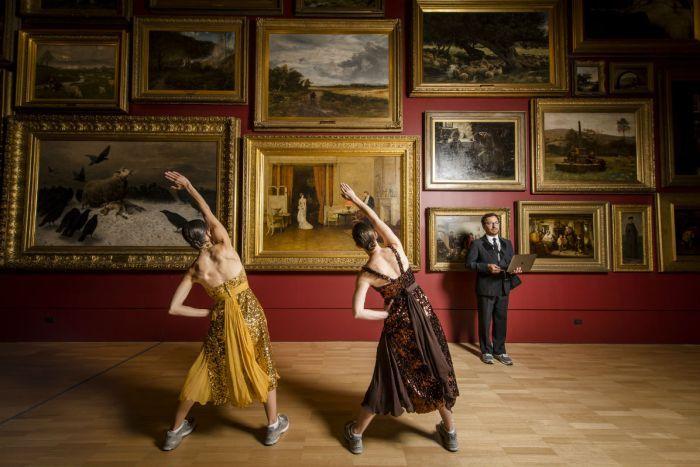 갤러리에서 운동하며 예술 작품을 감상하다.