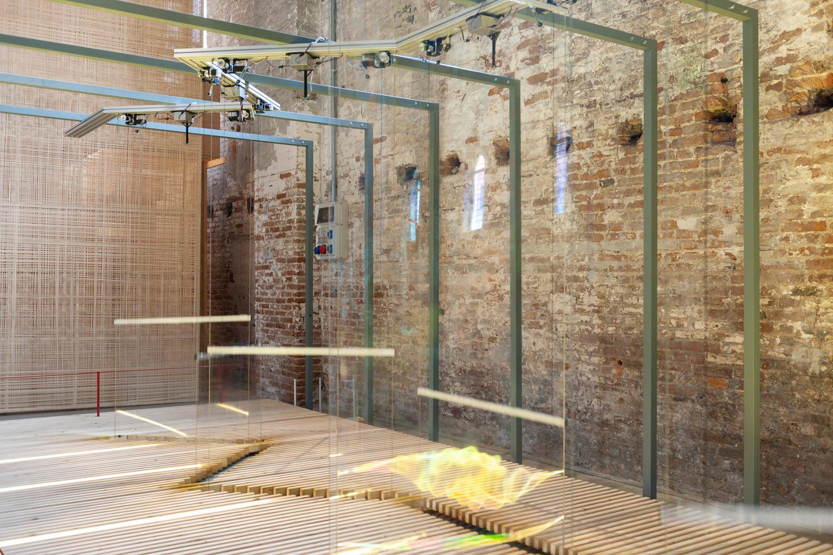 베니스건축비엔날레 설치물: 자동화기계를 이용한 비눗방울 벽