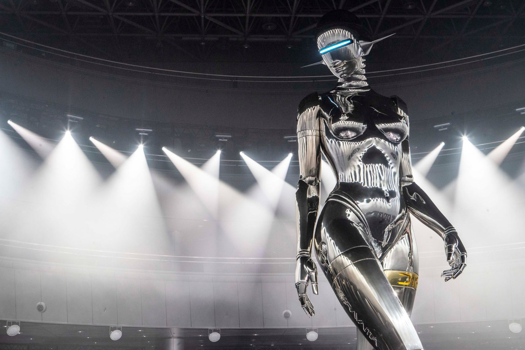디올 패션쇼에 하지메 소라야마의 거대 로봇 등장