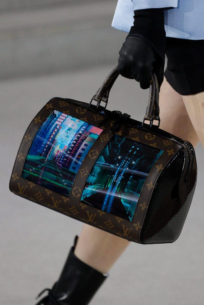 루이비통, 휘는 스크린 단 최첨단 가방 공개